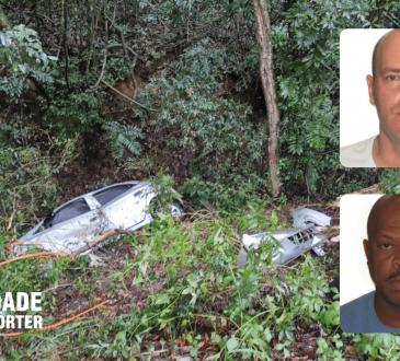 Durante as buscas, encontraram o veículo de escolta com os policiais já mortos. Eles tinham cerca de 50 anos. O carro foi alvejado com tiros de fuzil.